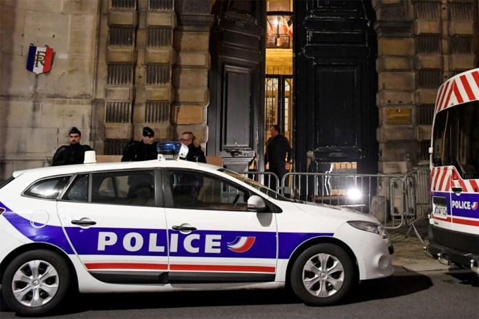 """Man die agenten bedreigde met steekwapen """"geneutraliseerd"""" nabij Parijs"""