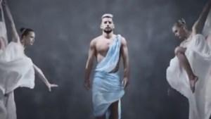 Dries Mertens schittert in blote bast in artistieke video