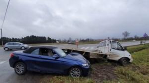 Brandweer bevrijdt bestuurster cabrio na ongeval in Bree
