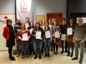 Geslaagden EHBO-cursus Rode Kruis Bree krijgen hun brevet