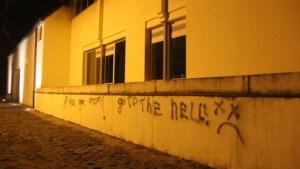 Vandalen besmeuren gevel van stadhuis in Dilsen-Stokkem