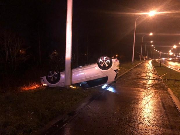 Auto komt op dak terecht, twee lichtgewonden