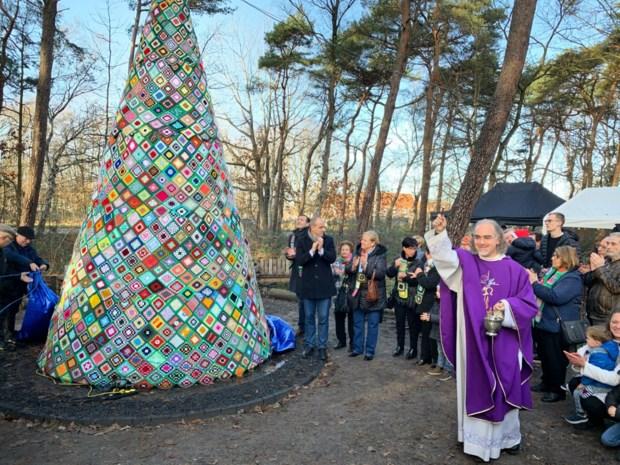 Vierduizend haakwerkjes in zeven meter hoge kerstboom in Genk
