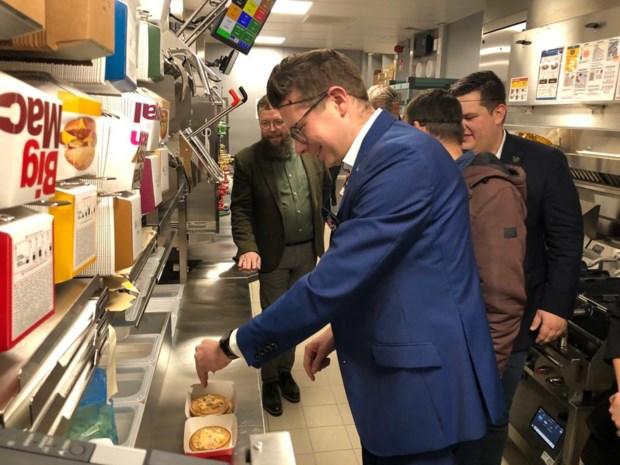 Burgemeester maakt eerste Big Mac van Beringen