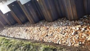 Honderden broodjes in kanaal gedumpt