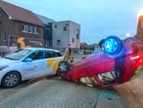 84-jarige bestuurder lichtgewond nadat auto over de kop gaat
