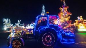 Colonne van kersttractoren verlichten de straten van Tessenderlo