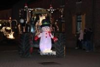 Tractoren met kerstdecors en fietsen vol lampjes trekken door Meeswijk