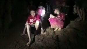 Reddingswerker sterft aan infectie jaar nadat hij voetballertjes uit grot haalde