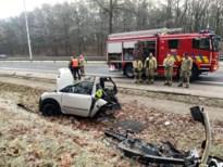 Brommobiel in stukken vaneen na aanrijding: brandweer moet bestuurder bevrijden