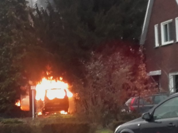Auto brandt volledig uit vlakbij woning in Achel