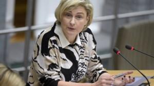 """Hilde Crevits na uitspraken Jambon over asielzoekers: """"Bel elkaar gewoon"""""""