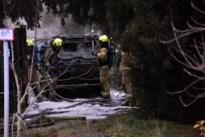 Auto vat vuur vlak naast woning in Achel