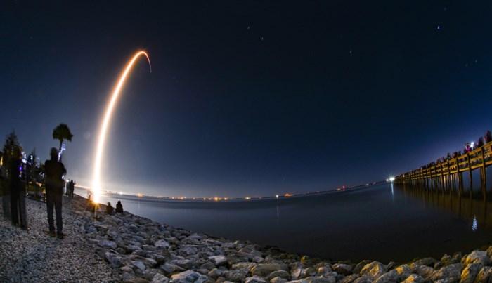 SpaceX lanceert succesvol 60 telecomsatellieten tegelijk