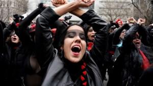 Vrouwen houden flash mob voor rechtbank waar Weinstein terechtstaat