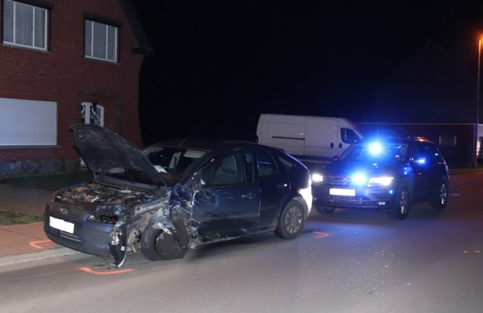 Drie gewonden bij frontale botsing tussen auto's in Stevoort