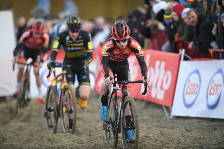 Laurens Sweeck kroont zich na knappe solo en perfect ploegenspel oververdiend tot Belgisch kampioen veldrijden