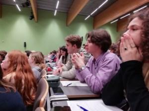 Zesdejaars Agnetencollege volgen les mee aan de universiteit