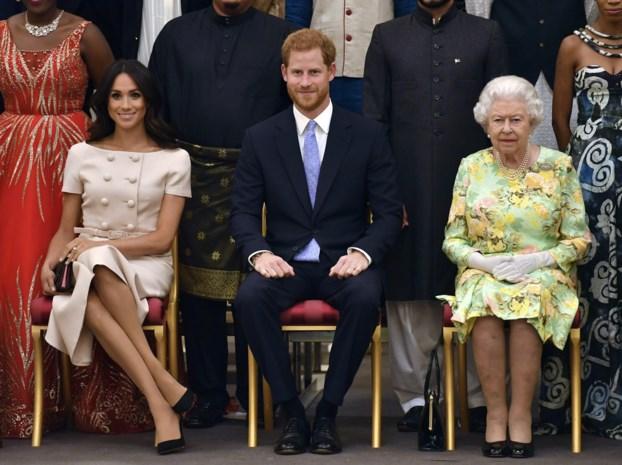 """Britse koningin """"steunt"""" beslissing Harry en Meghan"""
