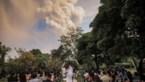 Koppel trouwt onder kilometershoge aswolk van uitbarstende vulkaan