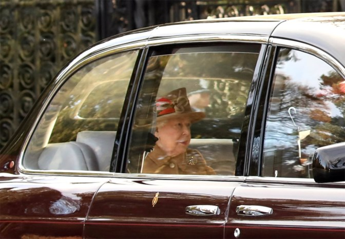 Queen nam prins Harry eerst twee uur apart en Meghan mocht zelfs niet meepraten