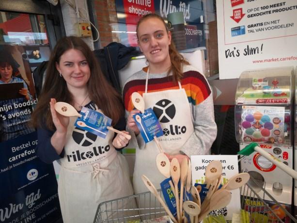 Leerlingen SFC verkopen houten lepels voor Rikolto