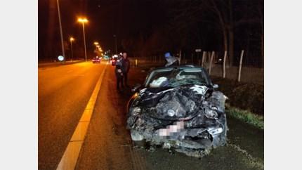 Auto komt op dak terecht: bestuurster gewond naar ziekenhuis gebracht
