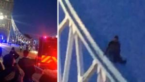 Voorbijgangers weten niet wat ze zien: waaghals gebruikt Londense Tower Bridge als … glijbaan