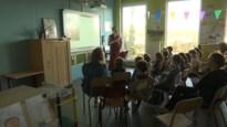"""Monnik Giel spreekt voor de klas in Beverst: """"Waarom heb je zo'n kort haar?"""""""