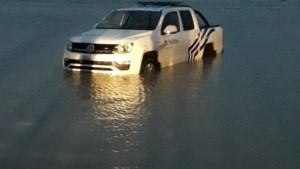 Agenten offeren politiewagen op om vermiste vrouw uit zee te redden