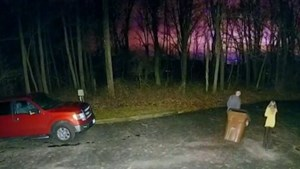Mysterieuze lichtflitsen verlichten nachtelijke hemel, maar politie weet niet wat er aan de hand is