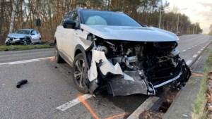 Twee gewonden bij frontale botsing in Wiemesmeer