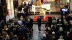 Honderden mensen nemen afscheid van Louis (16)