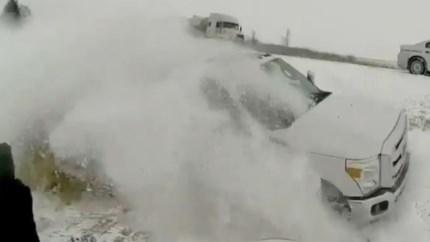 Man helpt trucker in de sneeuw, maar ziet niet dat achter hem nóg een auto van de weg raakt