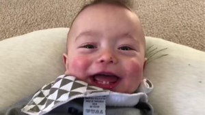 Schattig: Rock and roll-baby zingt AC/DC's 'Thunderstruck'