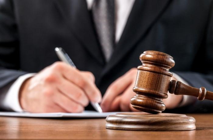 Man (40) wrijft over billen van vrouw (21): 10 maanden cel