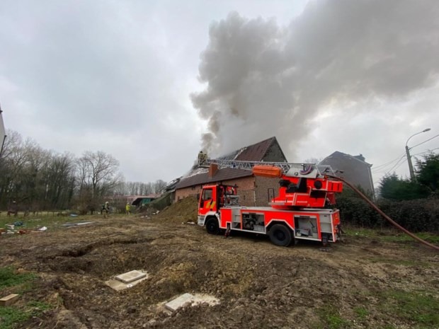 Brandweer blust zware dakbrand