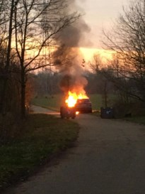 Auto in lichterlaaie in Neerharen