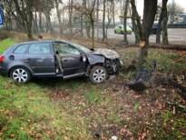Auto tegen boom: een lichtgewonde