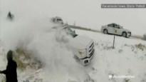 Slippende Pick-up glijdt van de weg en mist op een haar na andere bestuurder