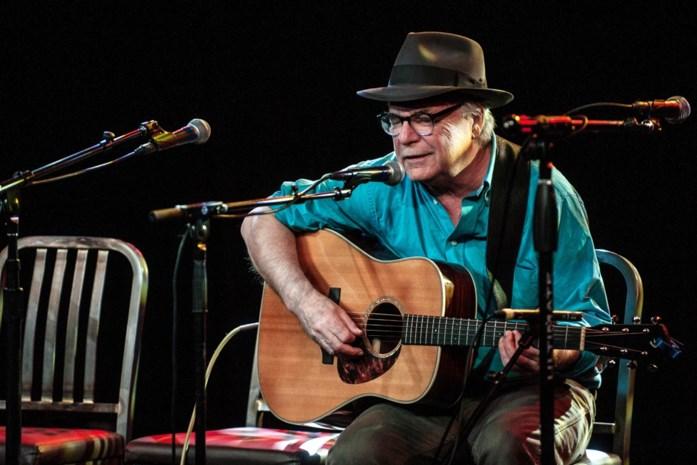 Folkzanger David Olney stopt tijdens optreden, zegt 'sorry', sluit ogen en sterft op podium