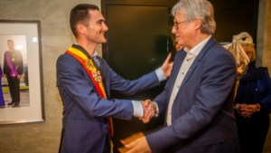 Voorganger geeft knuffel én een tricolore sjerp aan nieuwe burgemeester Voeren