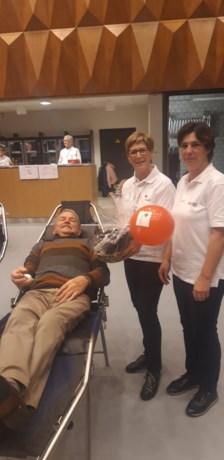 Willy geeft voor de honderdste keer bloed