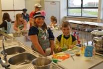 Jonge keukenprinsessen en clowns staan achter fornuis in De Bammerd