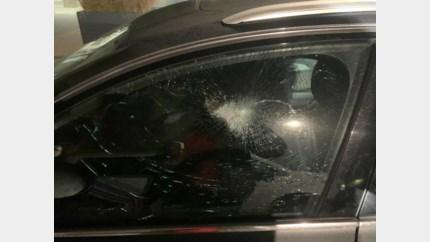 Ruiten van negen geparkeerde auto's met hamer ingeslagen