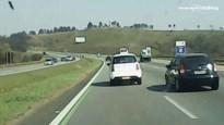 Roekeloze bestuurder ramt taxi op snelweg en veroorzaakt zware crash