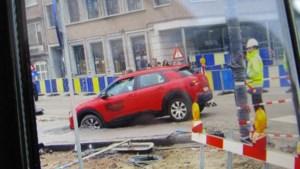 Automobilist rijdt zich vast in Hasselt in pas gegoten beton