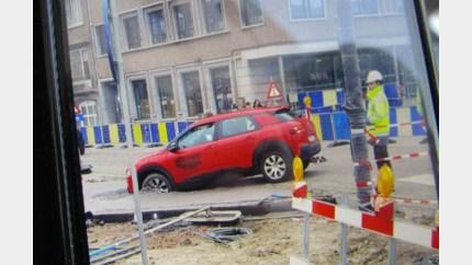 Automobilist vast in pas gegoten beton