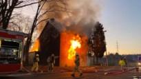 In amper één uur twee huizen volledig uitgebrand