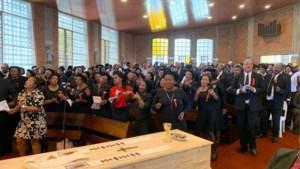 3.000 rouwenden nemen dansend afscheid van vermoorde Oudbergse pater Jef Hollanders